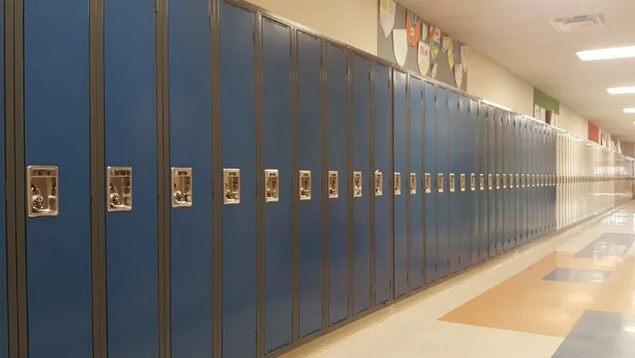 Des casiers d'élèves dans une école