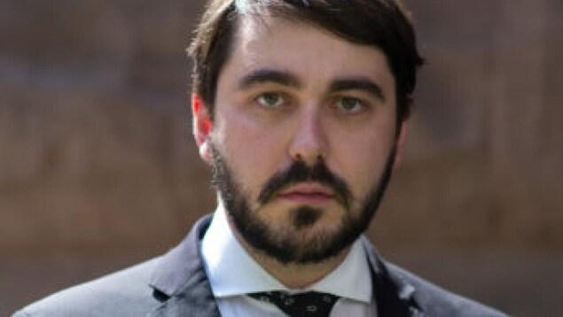 Gros plan sur un homme dans la trentaine avec une barbe
