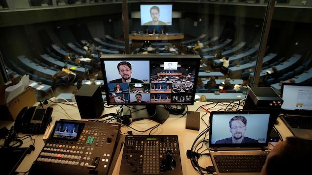 Plusieurs écrans où le visage du lanceur d'alerte américain apparaît.