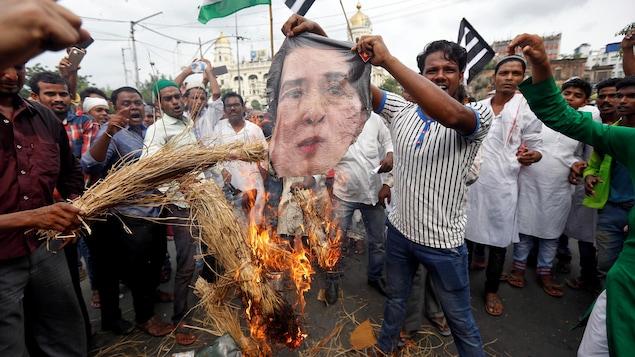 À Kolkata, en Inde, des manifestants ont brûlé une effigie d'Aung San Suu Kyi pour protester contre le sort subi par les Rohingyas.