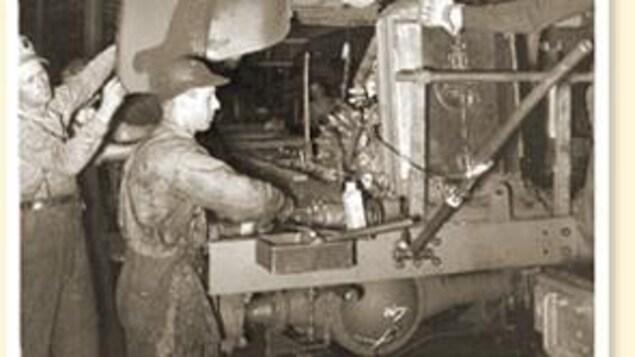 Photo d'archives qui montrent les ouvrier au travail