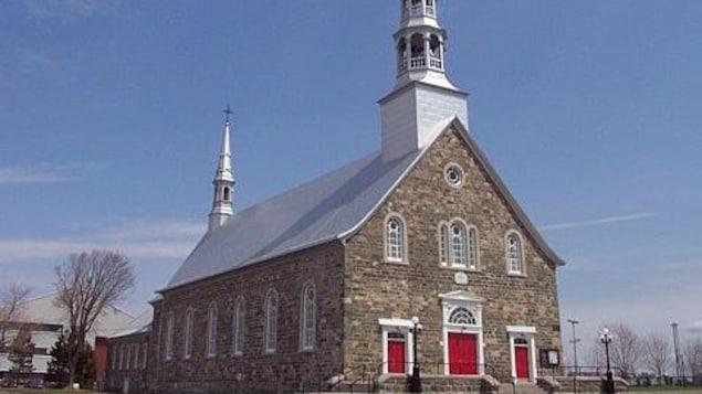 Une église en pierre à Cacouna.