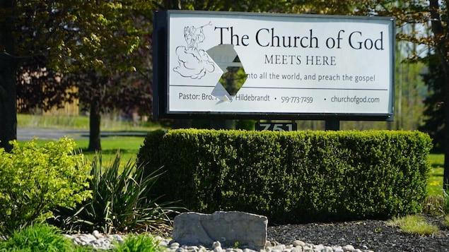 Panneau extérieur qui annonce l'église.