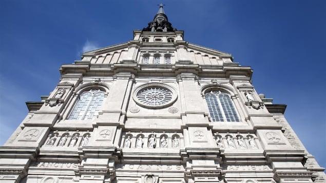 La façade de l'église Saint-Jean-Baptiste.
