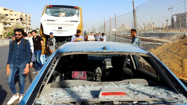 L'autobus et l'auto endommagés par l'explosion qui a fait 17 blessés non loin du site des pyramides.