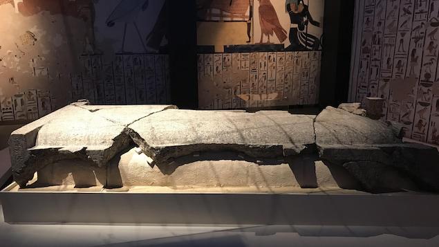 Les restes endommagés du sarcophage de Néfertari, la pièce vedette de l'exposition.