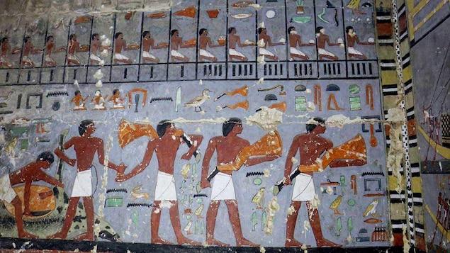 Un mur de la tombe d'un noble de la cinquième dynastie à Saqqarah.