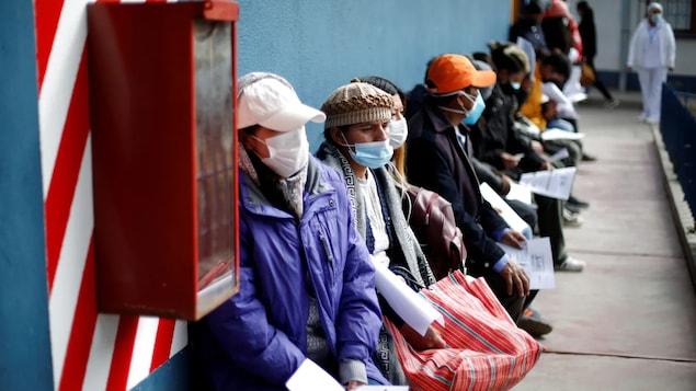 Mga tao sa labas ng vaccination centre sa Bolivia.
