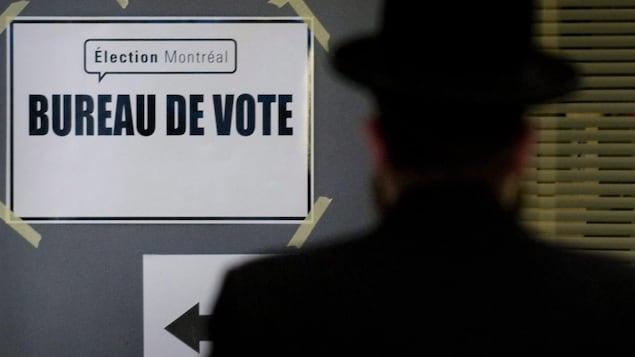 Un homme arrive au bureau de vote.
