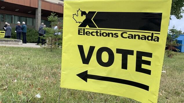 Des électeurs attendent leur tour à l'extérieur d'un bureau de vote à Rouyn-Noranda.