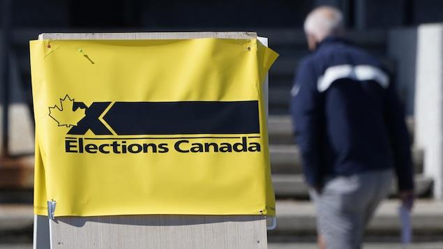 Une affiche d'Élections Canada.