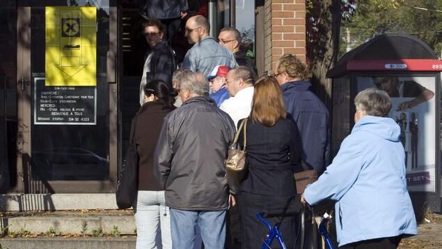 Une file d'électeurs devant un bureau de vote.