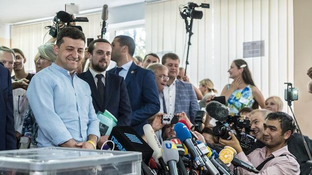Le président ukrainien Volodymyr Zelensky s'adresse aux journalistes.