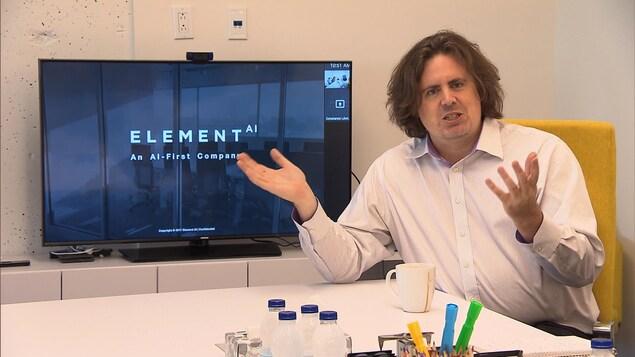 Le cofondateur d'Element AI devant un écran