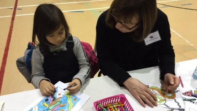 Élève et enseignante dans une classe bilingue à l'École de maternelle Isaac Brock de Winnipeg.