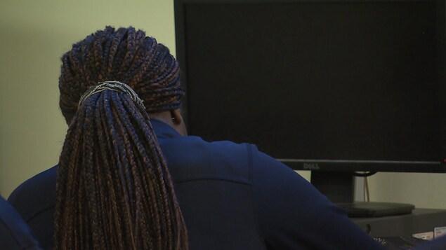 Une élève de dos devant un écran.