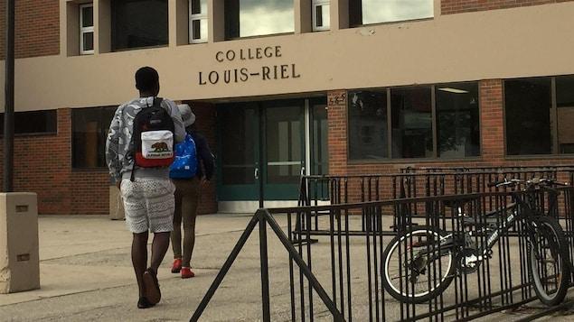 Des élèves arrivent au Collège Louis-Riel.