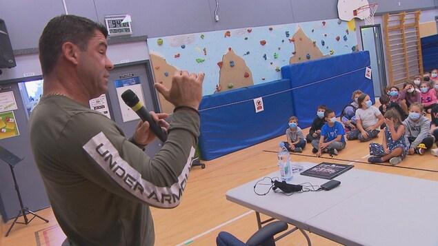 Justin Saint-Pierre s'adresse aux élèves.