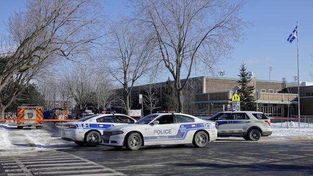 Ambulances et voitures de police devant l'école