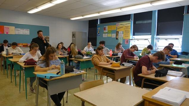 Des élèves assis à leur pupitre dans une classe de la polyvalente de Matane.