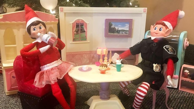 Dans un décor de poupée barbie, deux figurines sont attablées et boivent ensemble