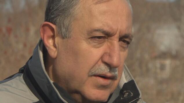 L'homme est interviewé devant un terrain vague à Ottawa