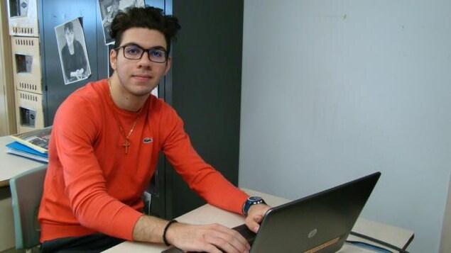 Eli Zytoon devant un ordinateur portable.