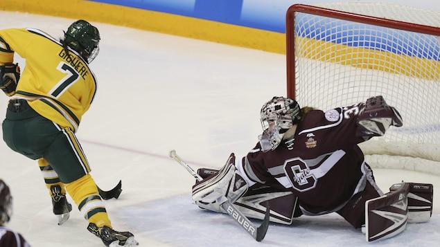 Elizabeth Giguère déjoue la gardienne Julia Vandyk pour donner la victoire aux Golden Knights de l'Université Calrkson en finale du Frozen Four, championnat du hockey universitaire américain (NCAA)