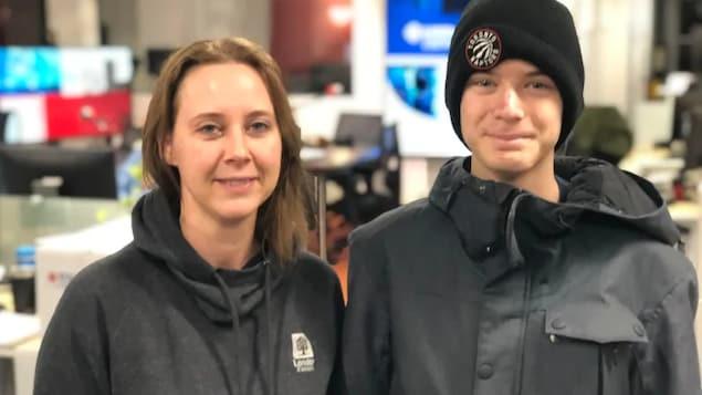 Elizabeth Peloza à gauche, et son fils, à droite, qui porte un bonnet des Raptors.
