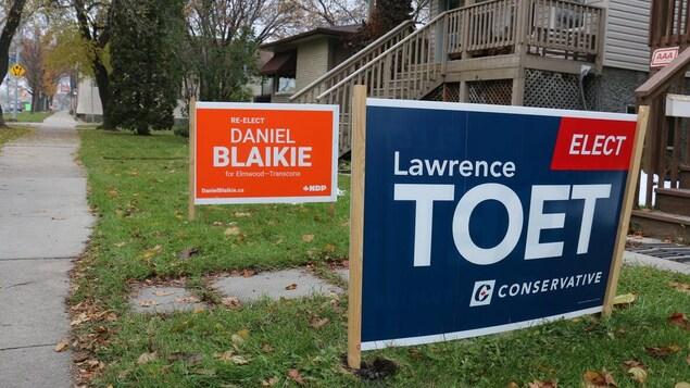 Deux pancartes électorales sur les terrains de deux voisins : celle du libéral Daniel Blaikie et celle du conservateur Lawrence Toet.