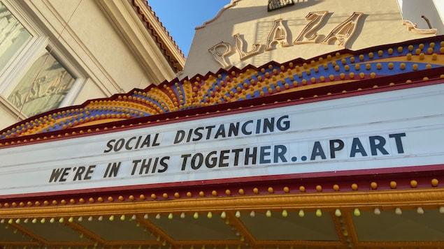 Une enseigne où on peut lire « Distanciation sociale, nous sommes ensemble à distance », en anglais.