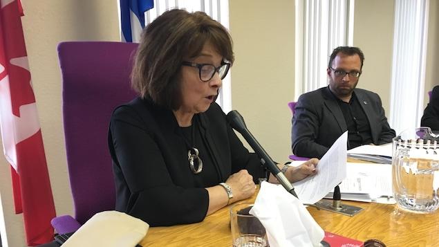 La préfète de la MRC Côte-de-Gaspé, Délisca Ritchie-Roussy, n'est pas tout à fait du même avis que le maire de Gaspé, Daniel Côté, quant à la  tenue de consultations sur les hydrocarbures