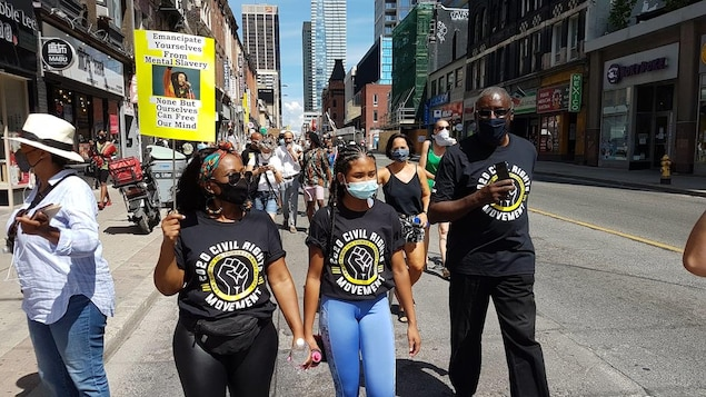 Manifestantes contra el racismo en una calle en Canadá.