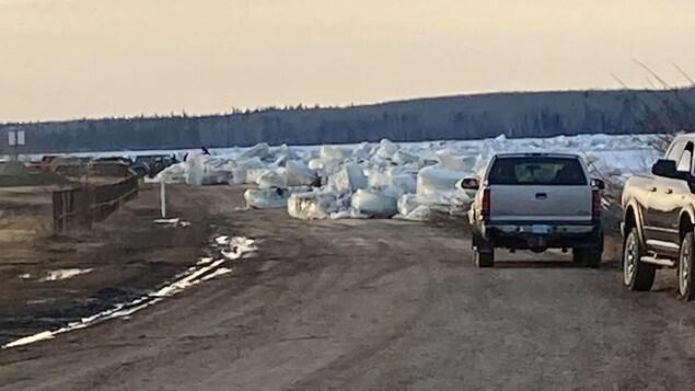 De la glace et de l'eau du fleuve empêchent les voitures de circuler sur certaines routes de Fort Simpson.