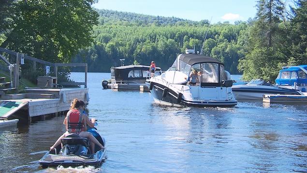 Des embarcations de toutes sortes voguent sur la rivière Saint-Maurice.