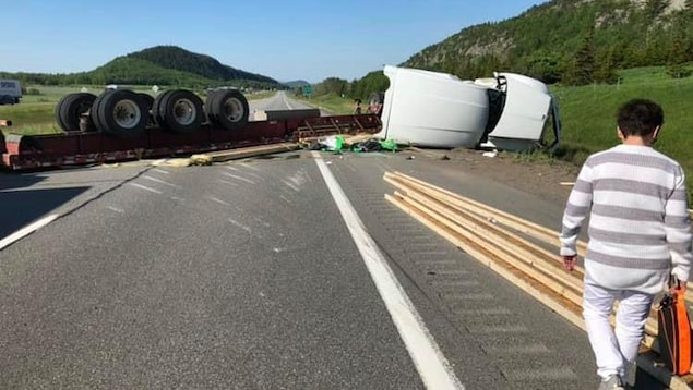 Un camion semi-remorque renversé.