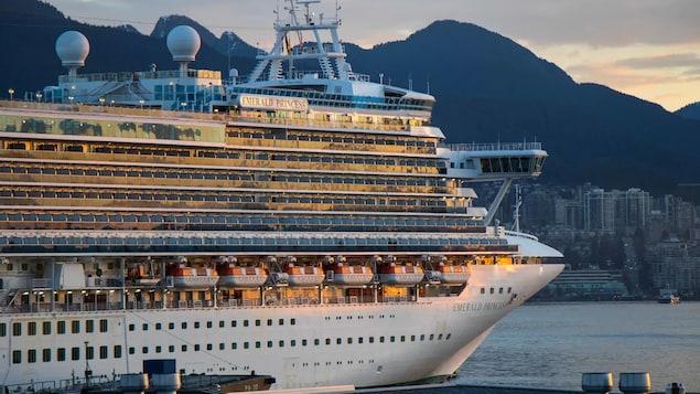 La lumière du lever du soleil est reflétée sur les nombreuses vitres du bateau.