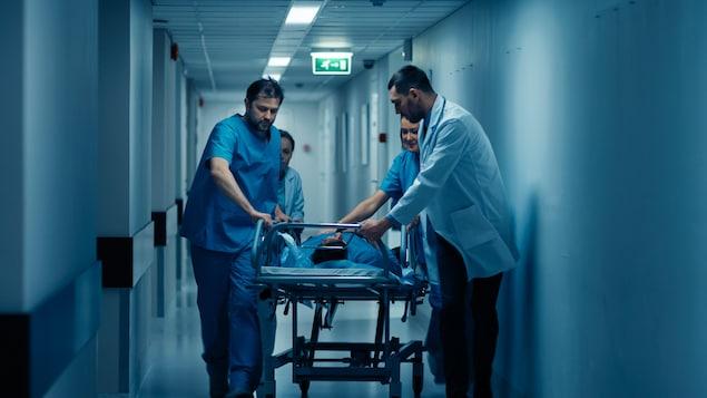 医生在推送患者。
