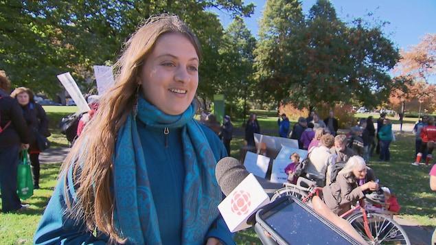 Émilie Frémont-Cloutier, porte-parole d'une manifestation pour le transport en commun dans un parc de Québec