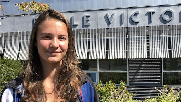 Émilie Gosselin devant son école.
