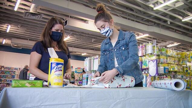 Émilie Tessier et sa mère emballent des cadeaux pour la collecte de jouet.