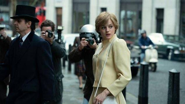 Une jeune femme blonde porte une veste jaune.