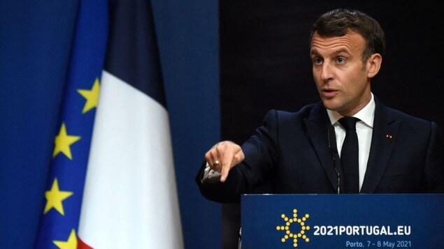 Emmanuel Macron parle aux médias.