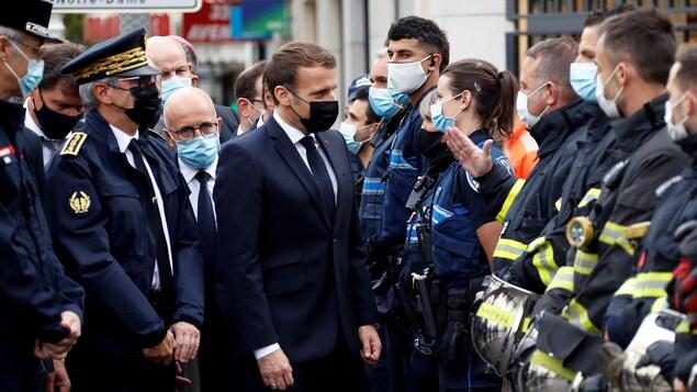 Le président Macron discute avec des policiers.