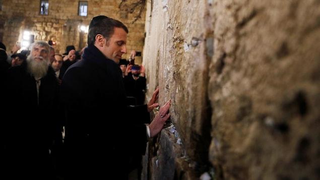Emmanuel Macron pose ses mains sur le mur des Lamentations.
