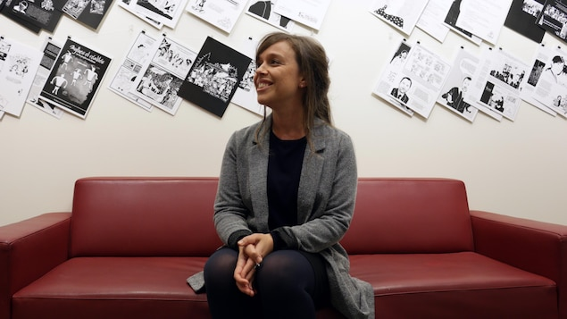 Emanuelle Dufour, devant des planches de sa BD « Des histoires à raconter: d'Ani Kuni à Kiuna ».