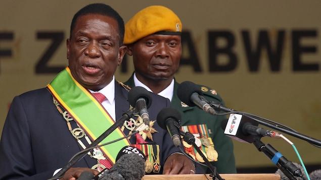 Emmerson Mnangagwa en habits présidentiels