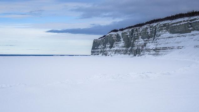 Une falaise de l'île d'Anticosti avec la vue du golfe du Saint-Laurent.