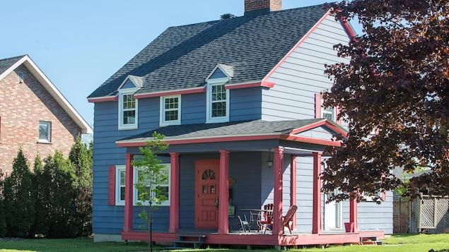 Une maison bleue d'Arvida.