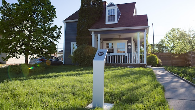 Une borne où il est inscrit B1 et 1926 est installée devant une maison.